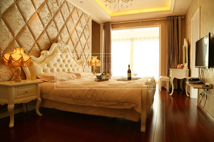 臥室的設計沿襲別墅裝飾的整體歐式風格,大面積的選用暗金色作為主