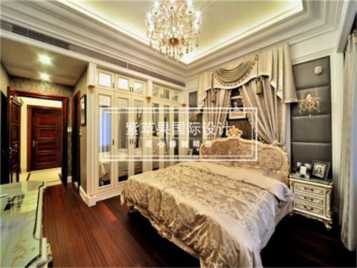 整个房间的设计于欧式设计手法中加入浪漫的情调和