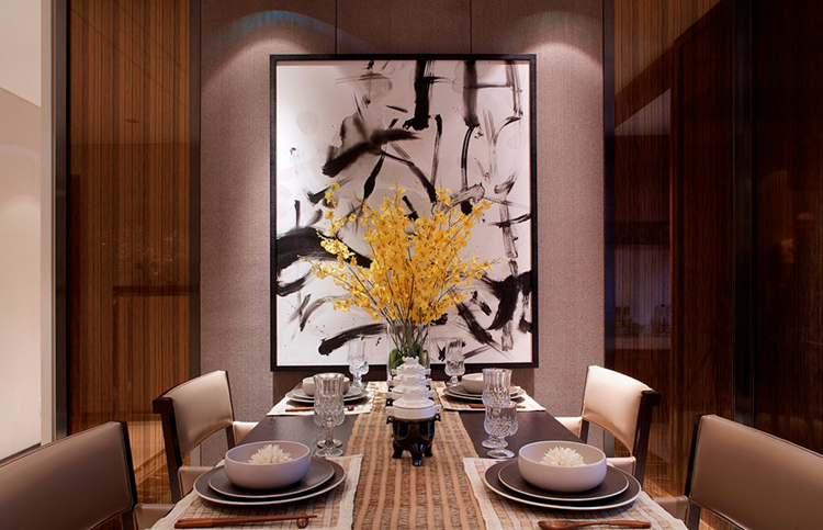 说起别墅装修,很多业主都会选择中式风格。尤其是新中式风格的流行,不但抛弃了传统复古风格的沉闷与压抑,更是与时俱进,结合现代人的审美观点与居住需求,简而溢美,复而不繁,给人带来气质上与视觉上的双重享受。下面一起来看新中式别墅装饰设计的特点吧  新中式风格的家具搭配以古典家具或现代家具与古典家具相结合,中国古典家具以明清家具为代表,在新中式风格家具配饰上多以线条简练的明式家具为主,比较简约。