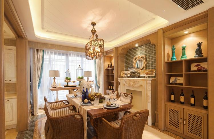 厨房的设计,多用象牙白色调来装点,毕竟厨房是一个强调功能性和实用性的空间,避免了古典风格带来的沉闷。同时U型餐厅的另外一个好处就是实用性与美观性更佳,有足够的活动空间,最大化地利用了空间,在厨房做饭时可以灵活的走动也不怕会碰到,以人为本的设计理念得以彰显。       主卧依然采用的是比较温暖的色彩装饰,暖黄色的色调在金色背景的映衬下更加凸显别致。精致素雅的床品与软包设计的床头背景墙体现了卧室对舒适性设计的要求。薄纱窗帘的装饰让阳光可以自由地洒进室内,躺在床上享受着午后的阳光,试问还有比这更惬意的生活