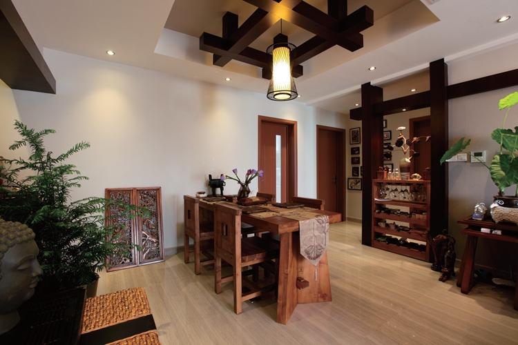 餐桌后面小型酒柜的设计,既起到了储物的功能,又起到了隔断的作用