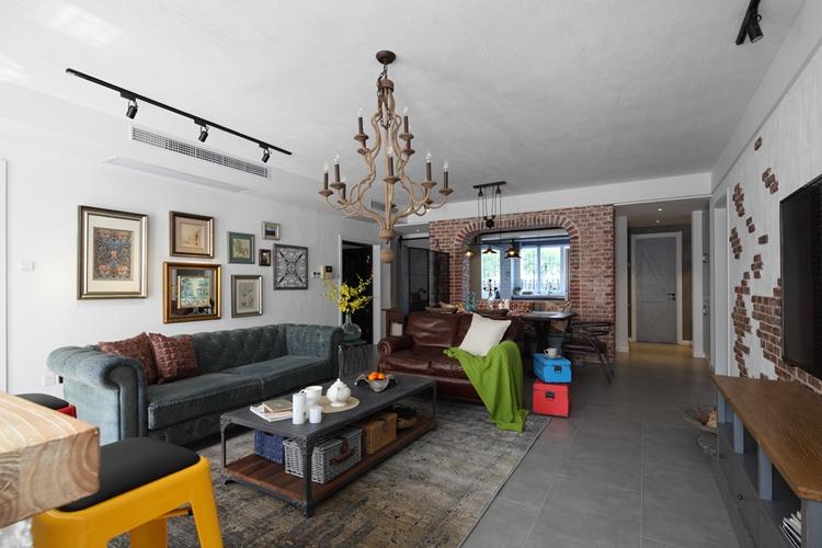 紫苹果别墅装修公司设计师陈老师在为业主设计该案例时了解业主的生活习惯和思想,通过砖墙或者仿砖元素随意无序地拼接,为整个空间注入了几分别致的情调。红砖粗糙的质感,随意的纹路,加上时间的沉淀,就像回到了90年代,但是与室内现代风格的设计混搭在一起又不失现代感。开放式的空间布局符合现代设计的理念,自由舒适,造型慵懒的沙发凳家具以及多种色调的混组合,洋溢着青春的气息,身处这样的空间清爽而又舒适。