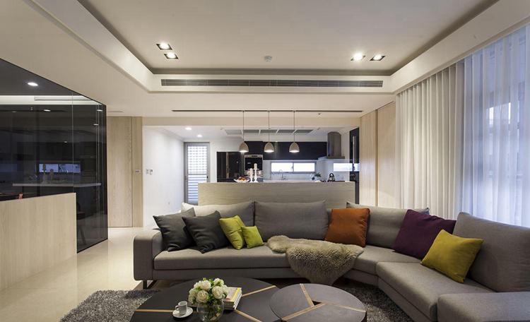 北欧风格既有着现代简约风格舒适简单的温馨质感,又富含北欧风情小镇的怡然自得和清爽宁静之意,非常适合现代家居装修设计。对于100平米户型的房子装潢设计而言,北欧风格不仅能完美的容纳和包容,还能通过一系列装饰手法来展现业主独特的个性,下面一起来看看100平米北欧风格装修效果图吧。  任何一个空间,总有一个视觉中心,而这个中心的主导者就是色彩,北欧风格色彩搭配往往所以令人印象深刻。   象牙白的纯色系可以套进一点点黑色的轮廓和边线,极具视觉效果。   也可以运用大量的原色色彩进行拼色设计,带有浓郁的原始小镇风格