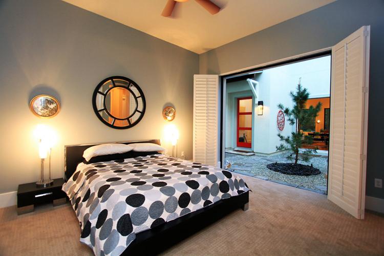 100平米卧室装修要舒适,更要装的美观精致,考虑到舒适性,我们会提倡简单而舒适的理念,东西越少越好,考虑到美观性,我们则想要制造厚实温暖的感觉,从而提升卧室的整体居住体验,那么我们应该从哪些方面去入手改善卧室装修的整体效果呢?下面一起来看看由上海紫苹果别墅装修公司推荐的100平米房子卧室装修效果图。  让人舒适的色调搭配上抽象的背景墙图案,都是卧室让人感到放松的原因。卧室的存在就是让人放松、休息的地方,那么在色调上就应该以浅色系为主了。  位于底楼的卧室,采用的宽大的玻璃窗以最接近大自然的方式呈现,将户外