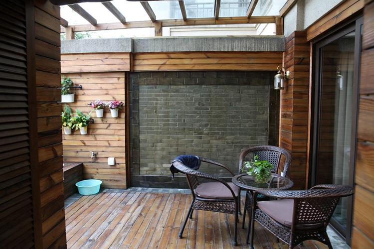 阳台主要分为开放式阳台和封闭式阳台两种,其中开放式阳台拥有非常好的采光和视野,封闭式的特点是降噪阻尘,适合高楼层的阳台设计。对于100多平房子阳台装修而言,保证阳台的基本功能是前提,更重要的是如何通过精妙的设计手法来改善阳台的装饰效果,让阳台装修散发魅力和个性,下面一起来看看由上海紫苹果别墅装修公司分享的100多平房子阳台装修效果图吧。