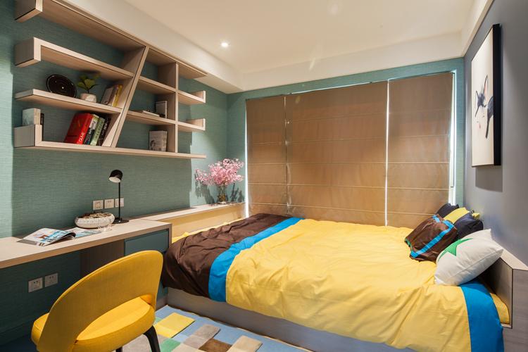简约现代风格家居装修如何才能通过家具和色彩,来打造像宜家风格那种舒适的感觉呢?家具和材料是一方面,但是更重要的是如何把握好简约现代风格的设计。下面由上海紫苹果别墅装修公司为大家带来简约现代150平房子软装的一些技巧和方法,一起来看看吧。   优雅的色调是一个居室氛围的起始,案例中采用的是一种非常典雅的色彩:蒂芙尼蓝,而为了加深这种蓝绿色的对比效果,设计师采用绿松色皮质座椅,一深一浅,具有非常好的层次感。   侧边里面墙直接做成一个画布,墙即是画,画即是墙,比较富有创意。   蒂芙尼蓝贯穿整个室内空间,安静