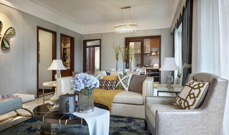 提起法式,我们经常回想起摩登这个词,今天笔者要介绍的正式关于摩登法式的装饰案例,和大型豪宅设计不同,今天这套案例带来的是低调的奢华和融合现代风格的精致和开放,略带清新和自由的色彩也能给你耳目一新的感受,下面一起来看看这套法式风格150平米房子装修吧。   户型设计里,客餐厅是一体的,考虑到业主没有在客厅中安装电视,可以借由客厅主要的背景墙 墙来打造一处漂亮精致的背景设计,客厅和餐厅没有明显的隔断,但是布局却非常合理,舒适而又精致,符合法式精致浪漫的个性。   从这里可以看到客厅一整个侧面墙连接阳台,宽大的
