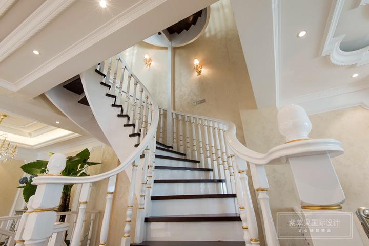 大户型豪宅装修往往备受推崇和瞩目,究其原因,并非这套房子装修的价值有多高,而是通过借鉴大户型装修的手法和特点,我们可以将之运用到自己的家装设计里面,今天笔者要介绍的欧式300平米复式户型装修,实用与美观的完美结合,一起来看看吧。  欧式风格喜欢华丽的装饰、浓烈的色彩、精美的造型,客厅顶部喜用大型灯池,并用华丽的枝形吊灯营造气氛。因此可以说,灯饰的设计是欧式的灵魂也毫不为过。灯饰色彩多与主体装饰色彩一致或者取用相近色,这样的视觉效果是非常不错的。   复式别墅受不了楼梯,因此设计师可以在楼梯内部进行造艺,楼
