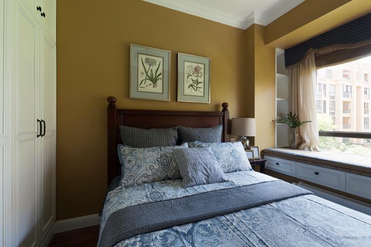 套内面积:101平米 设计风格:休闲美式 主要材料:科勒洁具,卢森地板,森歌整体橱柜,大师乳胶漆,宏材木门,山念木作;布陵布丽窗帘。  笔者几天要分享的这套休闲美式100平米房子装修案例,采用了时尚前卫的简约美式风格,并且混搭了一些休闲的田园风格在里面,整体看起来非常的舒适和惬意,最主要的一点:由于设计类型偏向于时尚简约化,因为整套装修预算也要相对省钱一些,下面跟随上海紫苹果装修设计公司一起来看看吧。  因为客户不喜欢复杂的造型,所以我们采用分色的方式让客厅空间拥有层次感。精致的摆件合理的运用于这个空间,