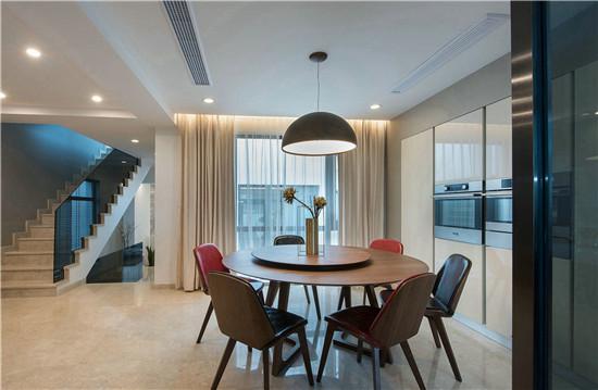 此处在楼梯间设计一处餐厅以及用玻璃门作为隔断的厨房,让楼梯口这一