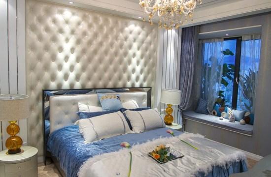 客厅部分够宽敞,米黄色沙发上配置鹅黄色的抱枕,鲜明而又清新。最惹人喜欢的落地窗后的阳台,左右各置一个绿色靠椅,方便观海欣赏海边风景,惬意极了。       这款简欧风是您想要的款式么,想要获取更多简欧风格的装修设计,可以来紫苹果国际装饰,我们是上海口碑好的装修公司,这里有顶级的设计师、精湛独特的工艺手法,可先来本公司参观面谈,我们将为您送上贴心的服务。