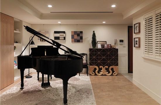 钢琴与客厅同属于一处区间,让来访的客人一眼便能看到那充满高雅气质的钢琴,总会让人忍不住的想要试听一曲,在扩大空间视线面积的同时,更增加了空间的趣味性。卧室整体的典雅之感,给人一种安稳娴静的情感享受,想必这间卧室的主人定是一位温柔美好的人。       欢迎咨询上海知名装修公司紫苹果国际设计。这里有专业的房屋装修设计师,倾听您的需求,想您所想,为您量身定制一套独属于您的房屋装修设计。在此欢迎您的到来!